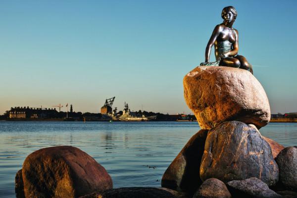 Зоозащитники облили краской статую Русалочки в Копенгагене
