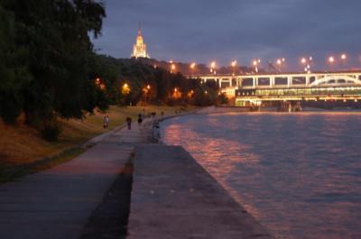 Набережная на Воробъевых горах затоплена водой из Москвы-реки