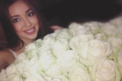 Анастасия Костенко удивила поклонников огромным букетом роз от Тарасова