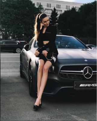 «На зло бывшей»: Тарасов подарил Костенко шикарный автомобиль Mersedes