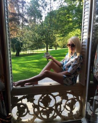 Яна Рудковская похвасталась стройными ногами