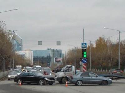 ДТП в Тюмени: иномарка снесла светофор и перевернулась