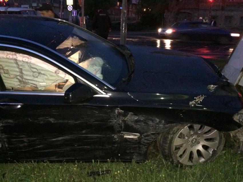 Печальное  ДТП вЕкатеринбурге: БМВ , уходя отпогони, врезался вэлектрощит