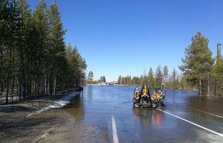 ВЯНАО вышедшая изберегов река парализовала движение надороге