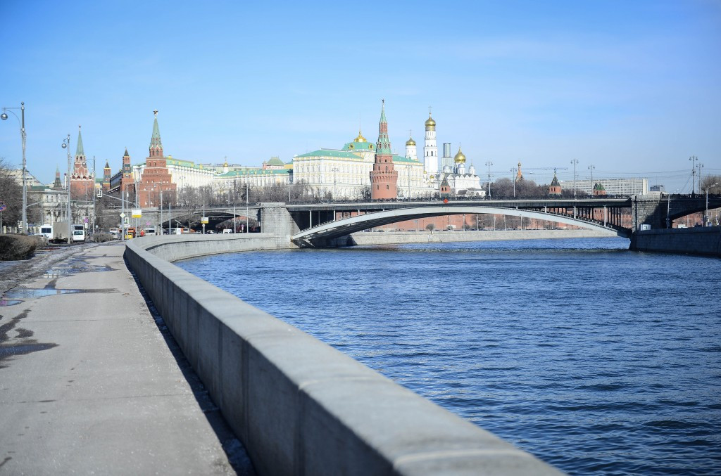 Автомобиль Ягуар упал вМоскву-реку