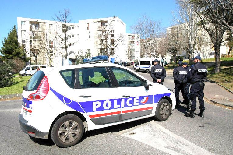 Мужчина, напавший наполицию встолице франции, объявил о собственных связях сИГ