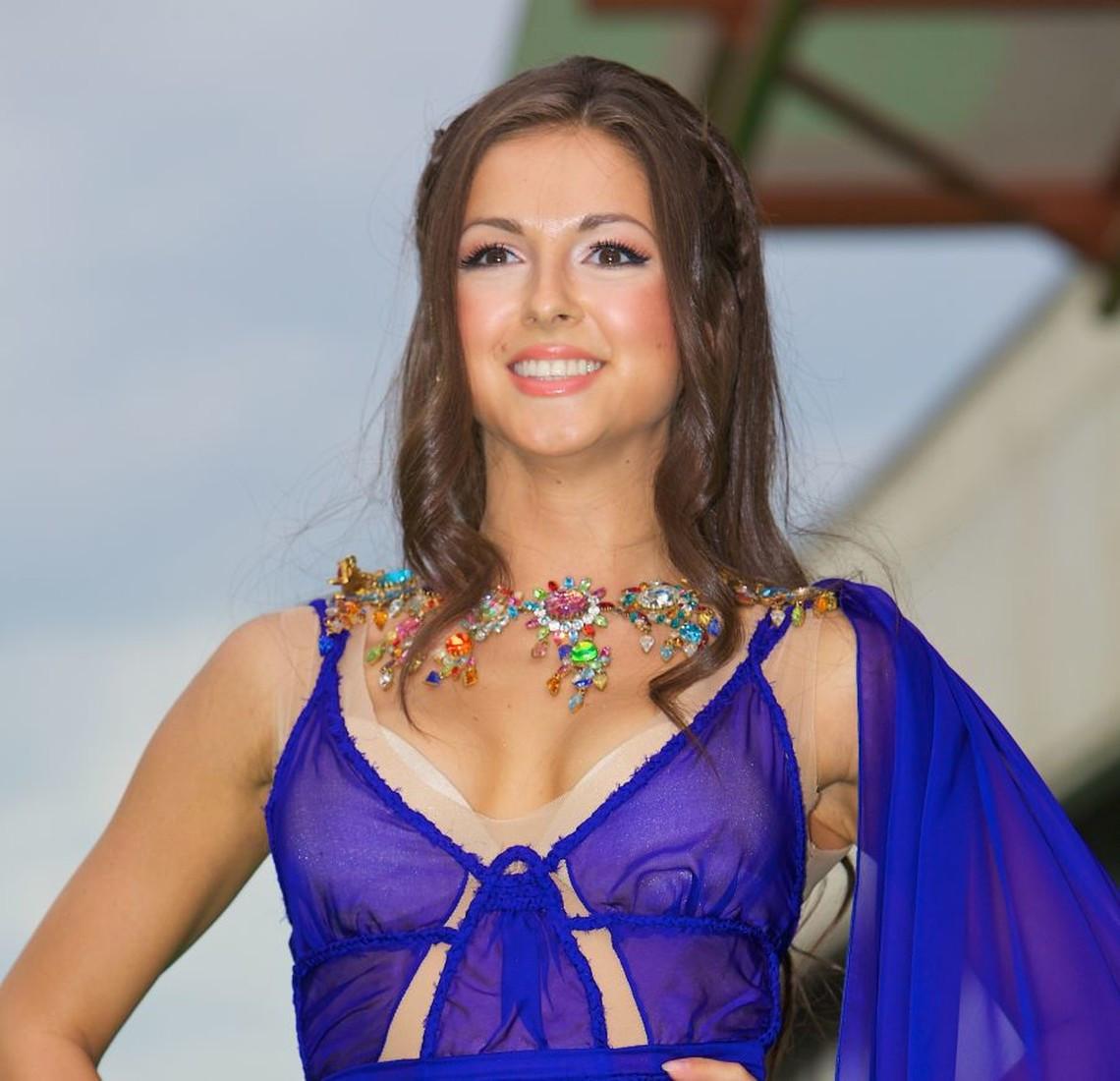 Эстрадная певица Нюша эротично станцевала тверк ради благотворительности