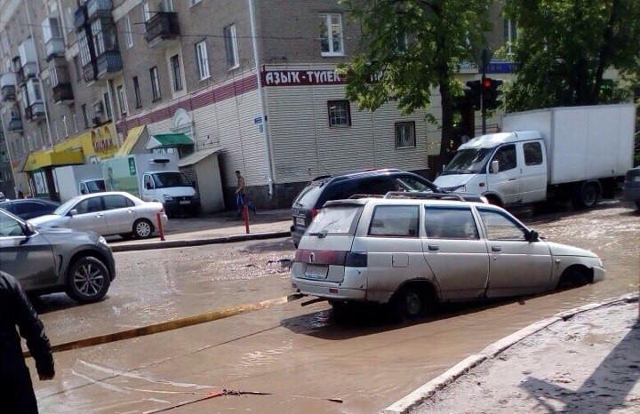 ВУфе автомобиль практически потонул вяме среди проезжей части