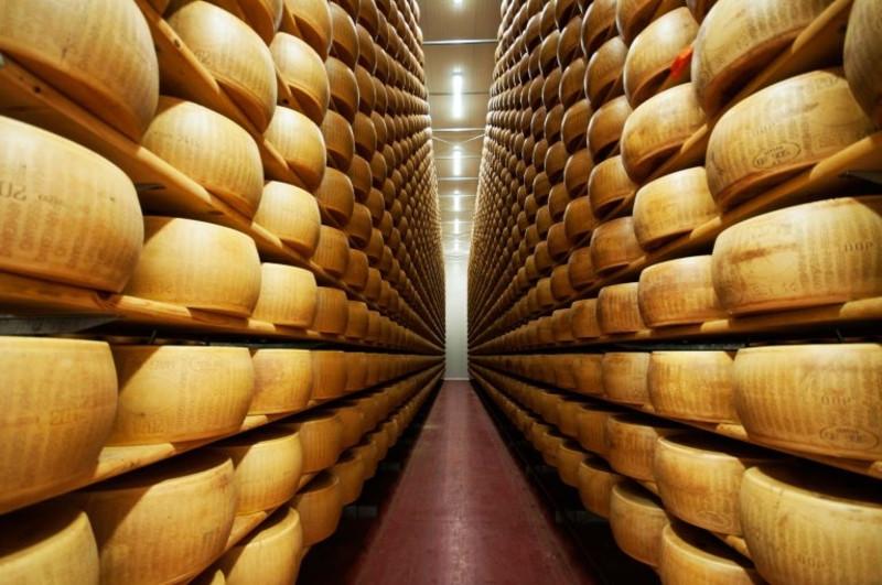 Ученые узнали , как сыр действует  наслух человека