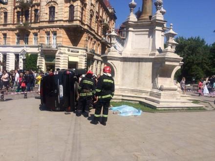Вцентре Львова автомобиль въехал втолпу: умер  один человек
