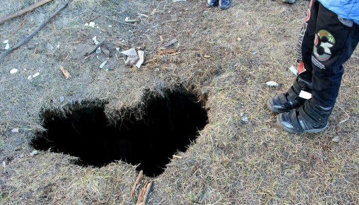 Ребенок провалился вогромную яму вцентре Ноябрьска