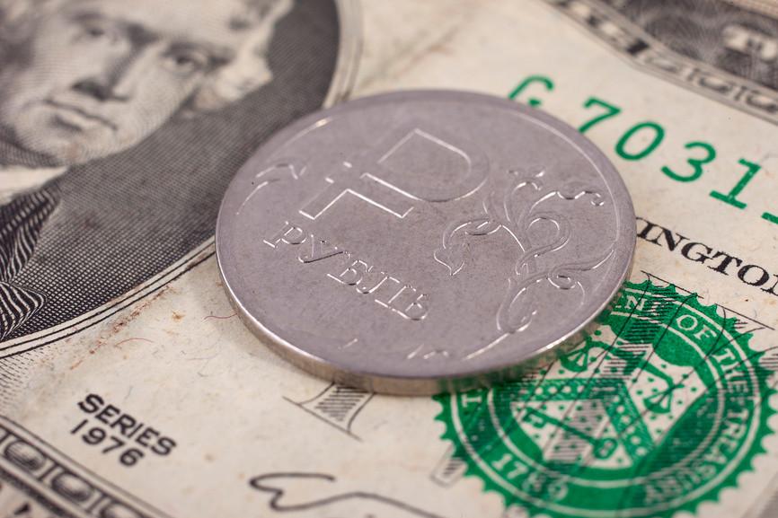 Курс доллара к рублю на биржевых торгах снизился