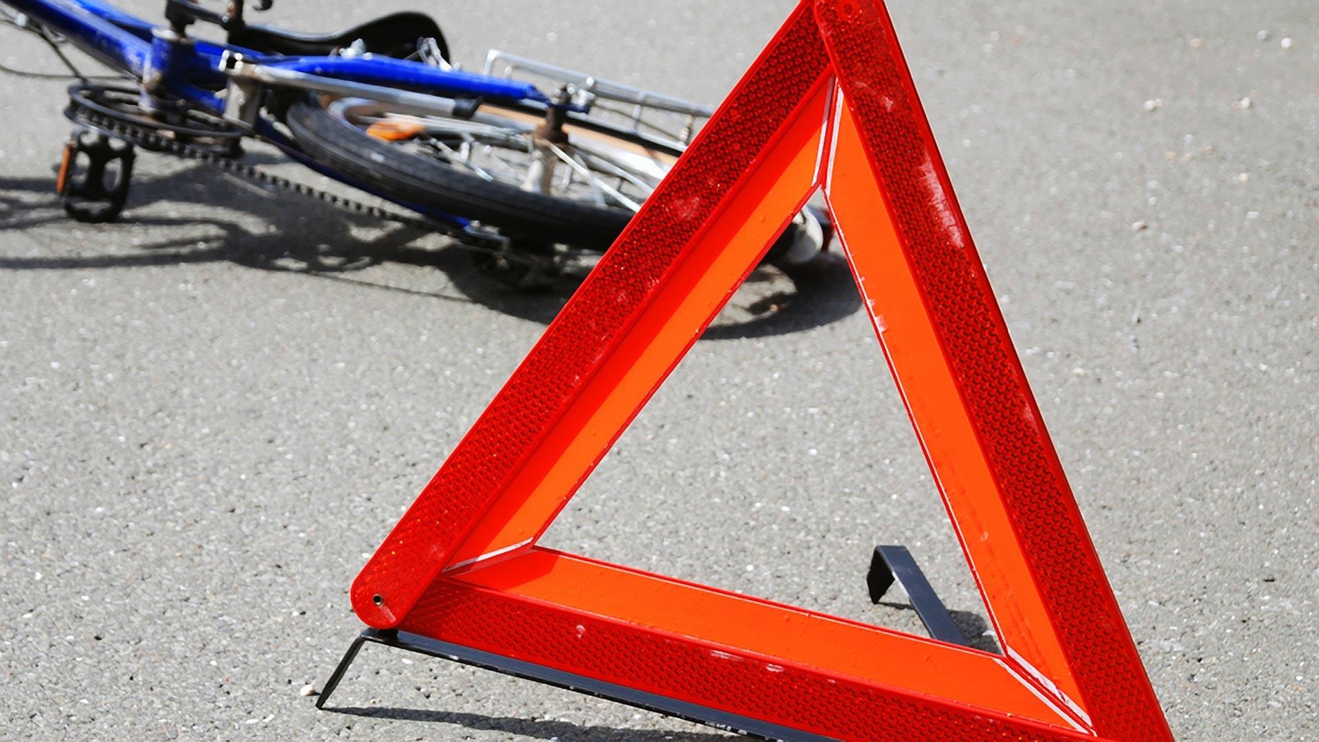ВКрасноярске велосипедистка угодила под колеса Хонда напешеходном переходе