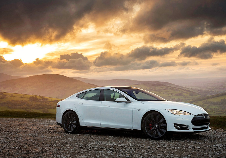 Tesla Model Sпроехала без подзарядки 900 километров