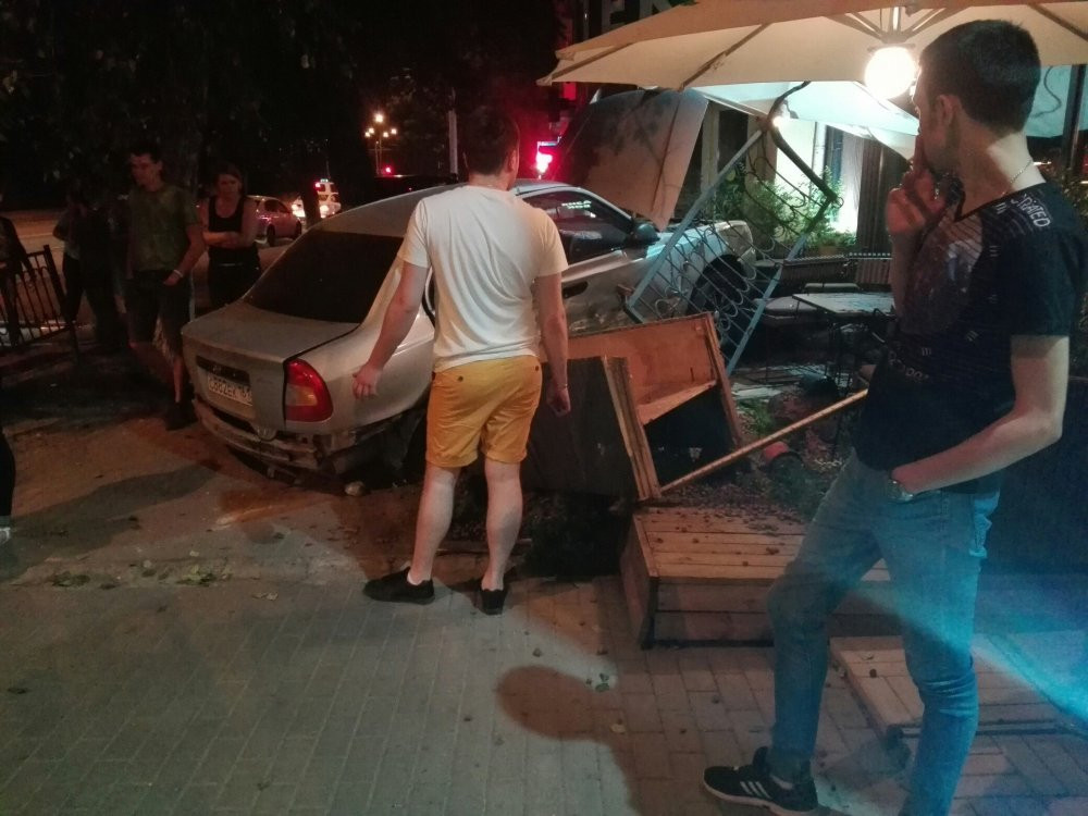 ВРостове ночью Hyundai Accent врезался вресторан