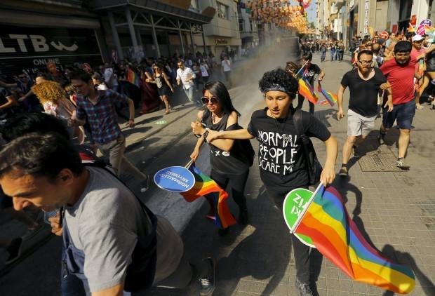 Турецкая милиция применила резиновые пули нанесанкционированном гей-параде