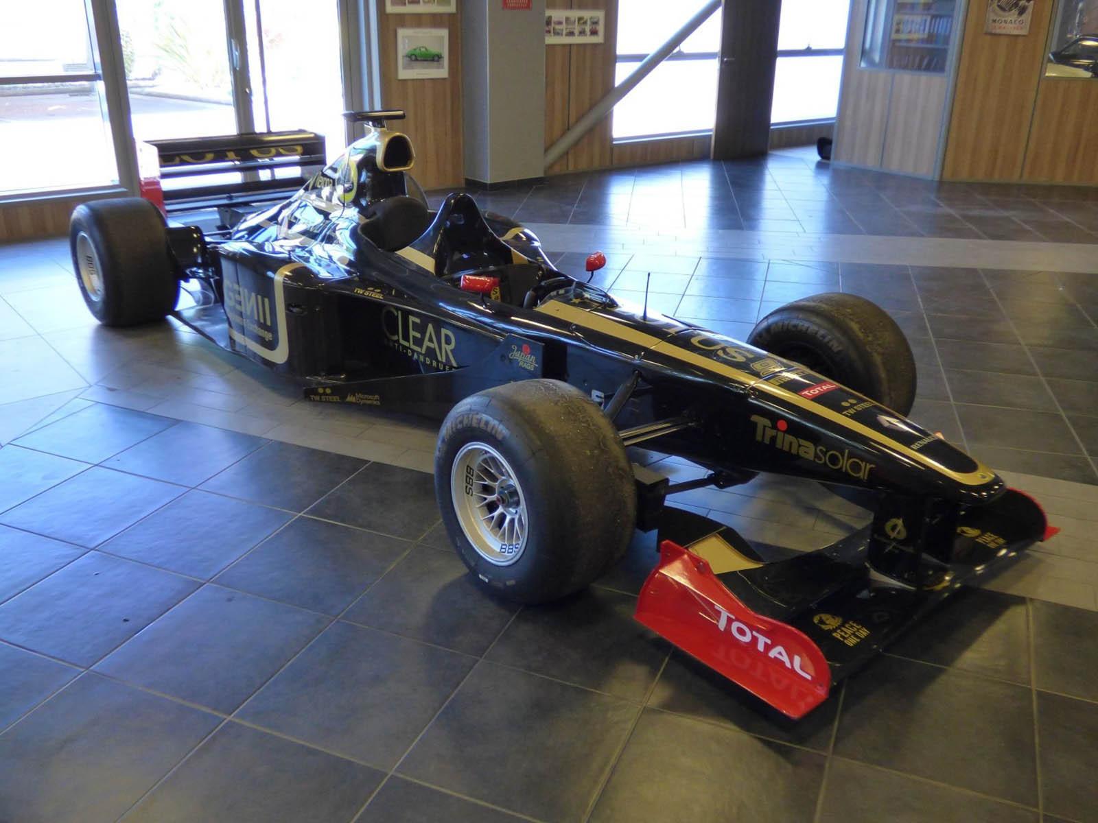 На продажу выставлен уникальный двухместный болид Формулы-1