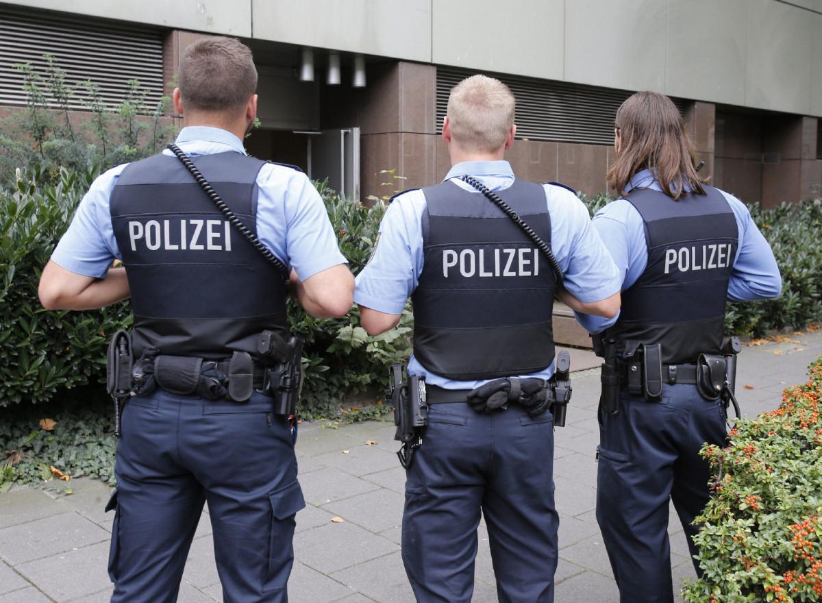 Две сотни немецких полицейских устроили секс-вечеринку соружием перед саммитом G20