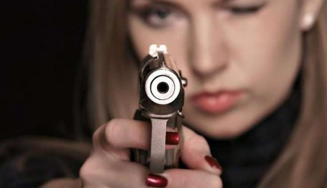 Наглазах 3-х летней дочери беременная американка застрелила любимого мужа