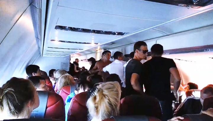 Анталья: Нервный пассажир устроил часовую драку наборту самолета Москва