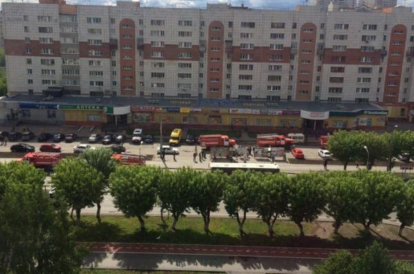 В Тюмени из горящего торгового центра спасатели выносили людей на руках