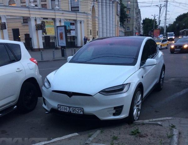 В центре Воронежа сфотографировали новую Tesla Model X