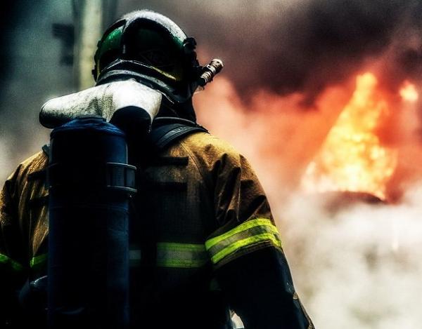 В Новосибирске брошенный окурок стал причиной пожара на балконе многоэтажки