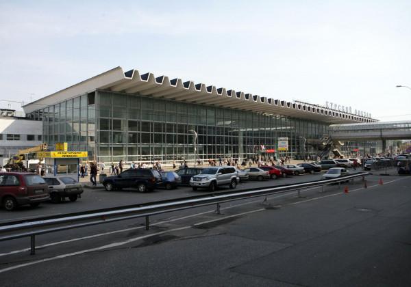 На Курском вокзале два вагона электрички сошли с рельсов