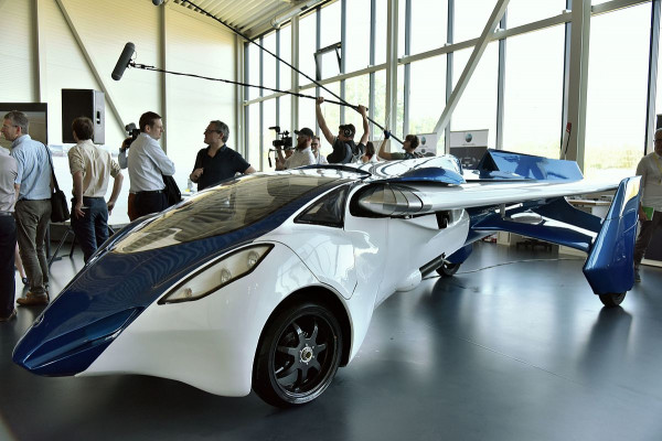 Словацкая компания AeroMobil представила летающий автомобиль в Париже