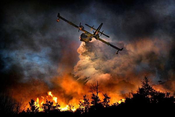 На Байкале самолёт-амфибия спас пожарных-парашютистов из огня