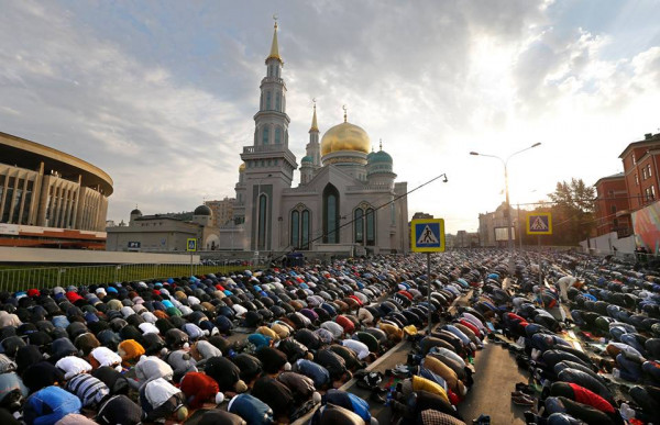 В Москве в молитве в честь Ураза-Байрам участвовали 250 тысяч мусульман
