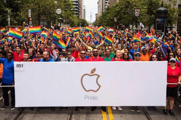 Несколько тысяч сотрудников Apple приняли участие в гей-параде в США