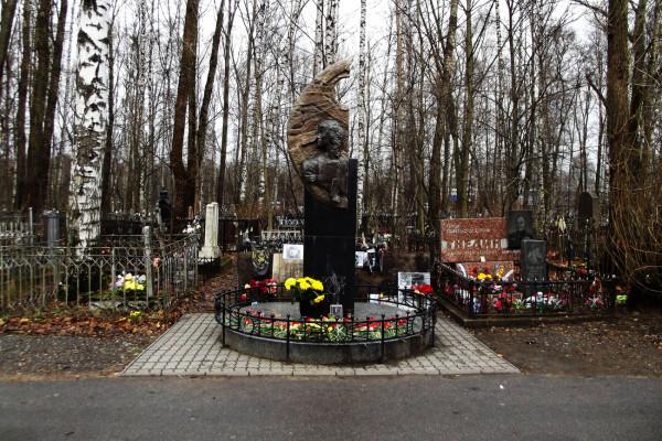 В Петербурге вандалы разгромили могилу Виктора Цоя