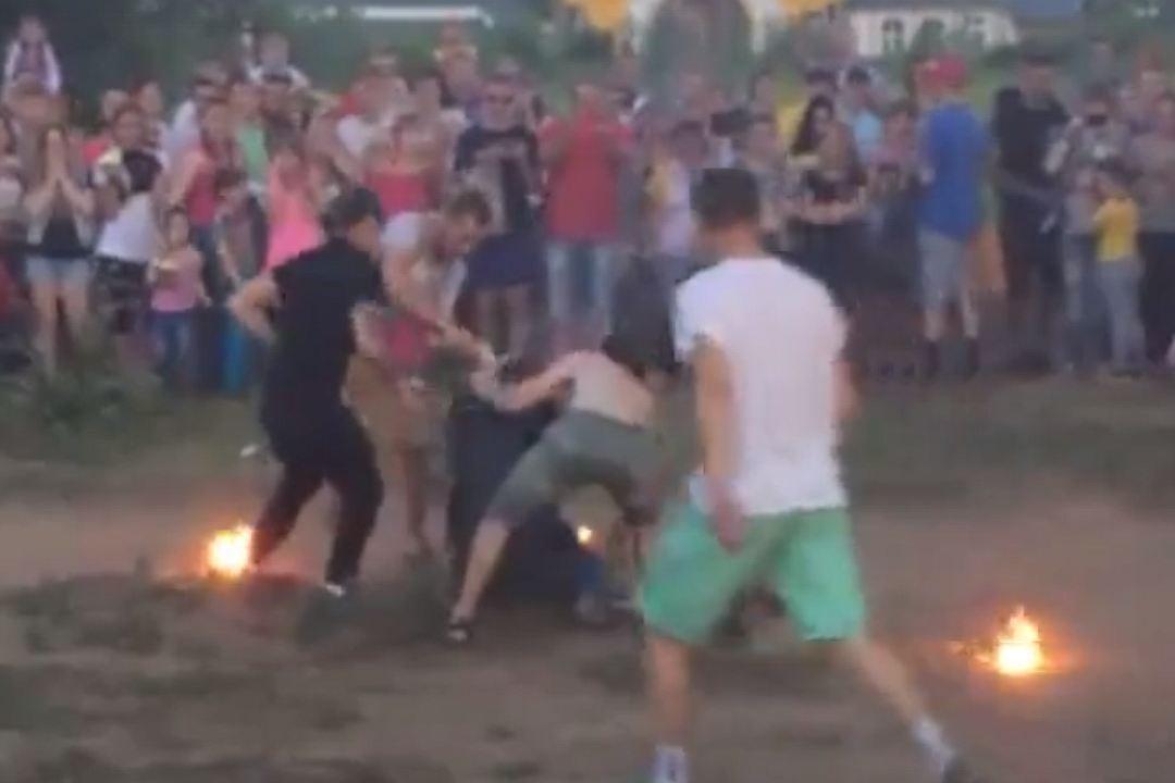 ВКемерове вовремя файер-шоу загорелись три человека— Шокирующее видео