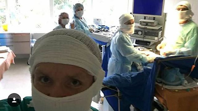 Хирург-проктолог делал селфи вовремя операций