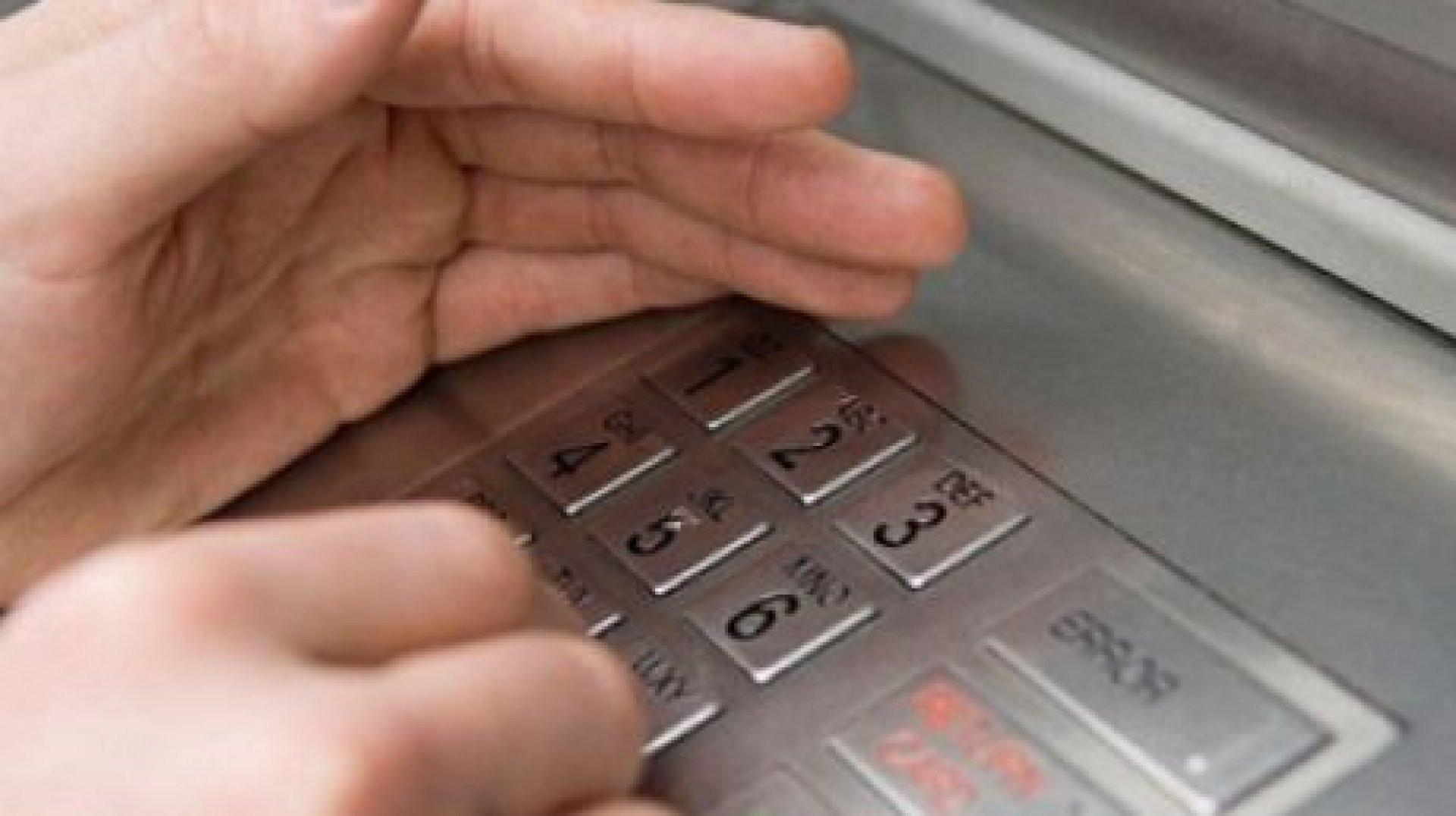 В столицеРФ восемь преступников вмасках выкрали банкомат изздания торгового центра