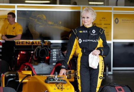 79-летняя Розмари Смит протестировала машину Формулы 1