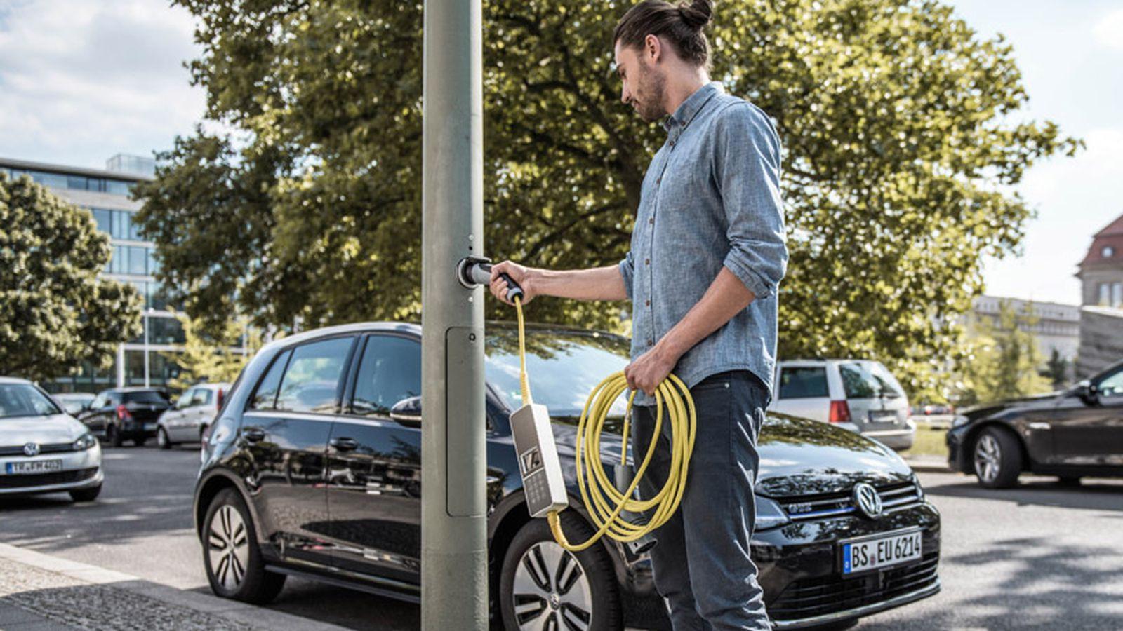 Стартап Ubitricity заряжает электромобили отуличных фонарей