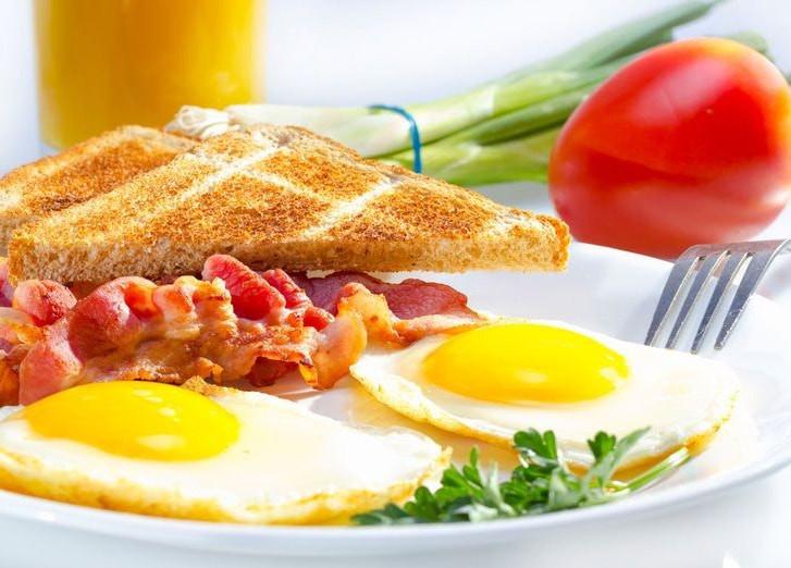 Ученые назвали лучшее время приема пищи для похудения