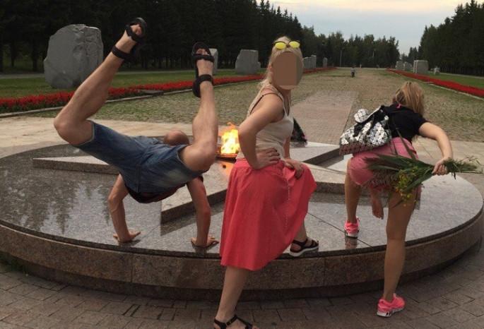 Омская милиция  проверит непристойные фото у бессрочного  огня