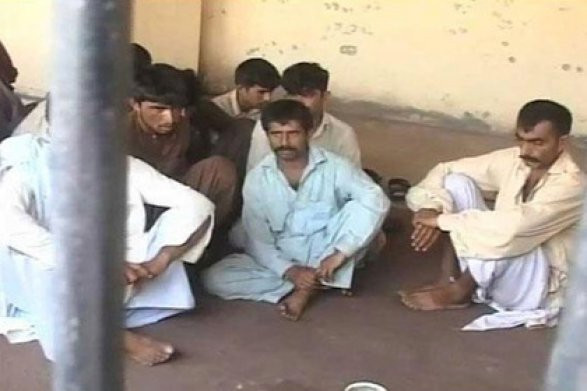 Старейшины пакистанской деревни отдали приказ изнасиловать девушку, чтобы отомстить еебрату
