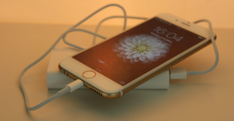 В сеть утекли первые фотографии беспроводной зарядки для iPhone 8