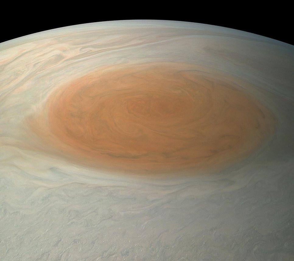 NASA обнародовало «реальные» фото огромного красного пятна Юпитера