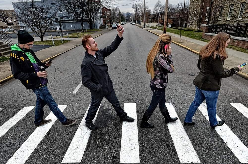 Жителям Гавайев запретили переходить дорогу стелефоном вруках