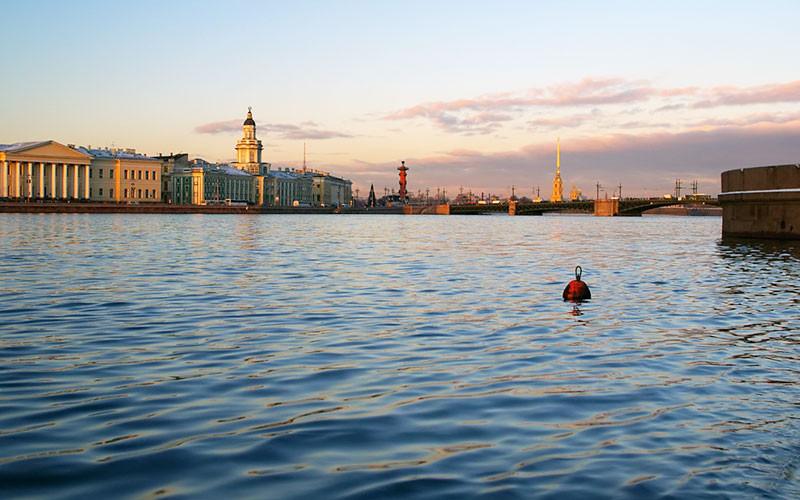 ВПетербурге пассажирский катер врезался внабережную, причал плавает пореке