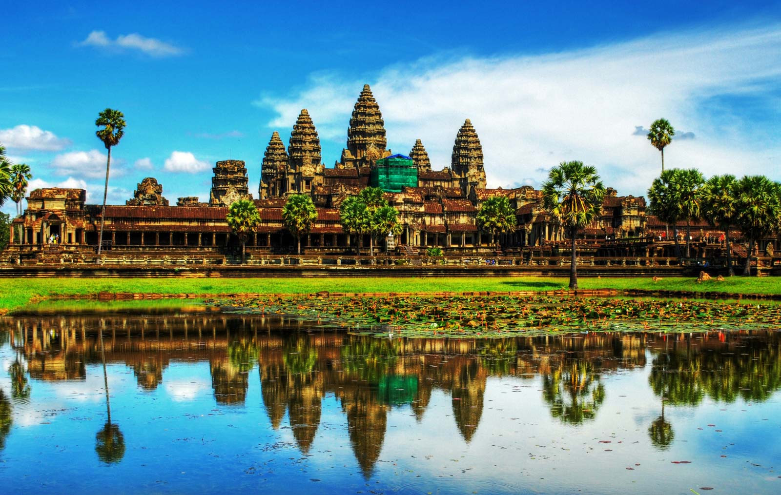 Наруинах Ангкора вКамбодже археологи раскопали старинную  статую