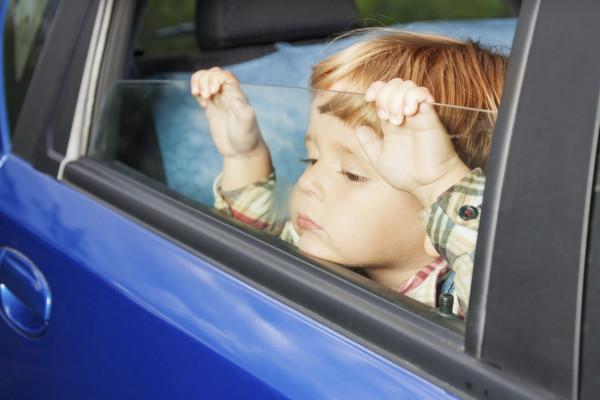 Кабмин РФ запретил оставлять детей одних авто