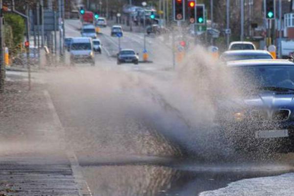 В Брянске водитель Audi устроил грязевой душ пешеходам у БГУ