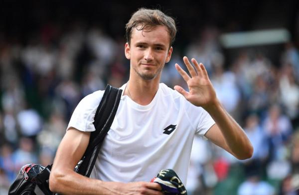 Теннисист Медведев принёс извинения за брошенные в судью монеты