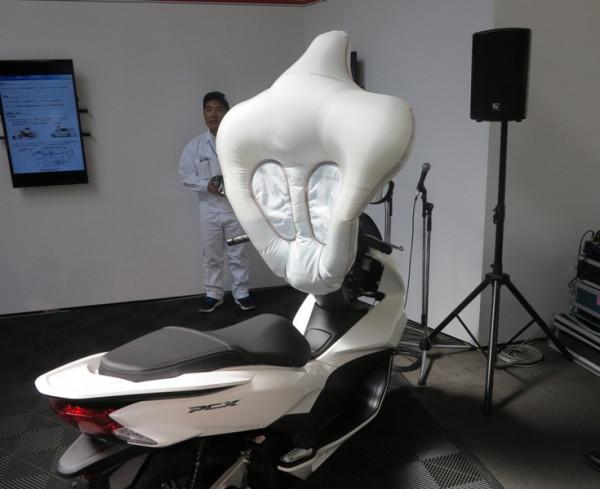 Компания Honda представила подушку безопасности для мотороллеров